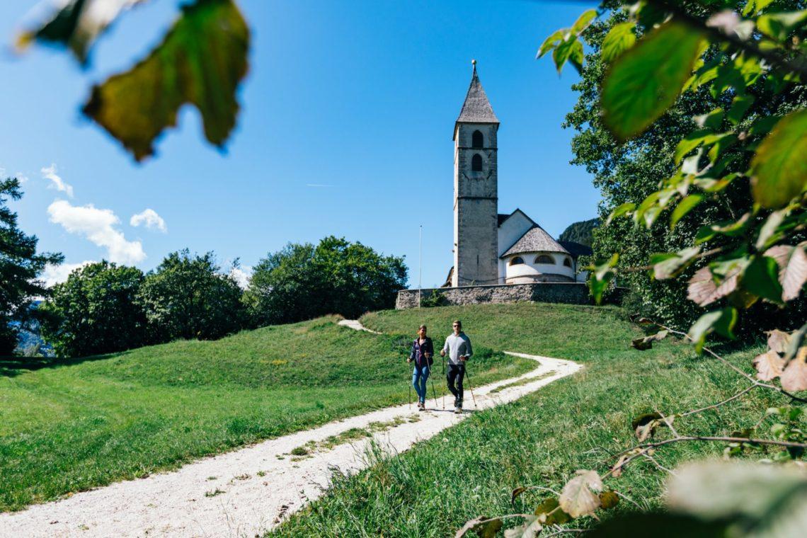 Wandern zur Fennberger Kirche St. Leonhard